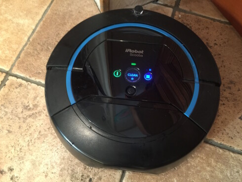 ENKELT: Få og tydelige knapper. Scooba vasker på tid, og det skilles mellom stort (40 minutter eller lite (20 minutter) rom.  Foto: ØYVIND PAULSEN