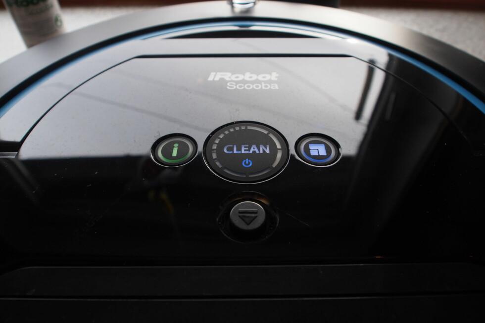ENKEL: Trykker du på I-knappen, gjentar Scoobaen den siste beskjeden, for eksempel jeg er tom for vann eller trenger lading.  Foto: ØYVIND PAULSEN
