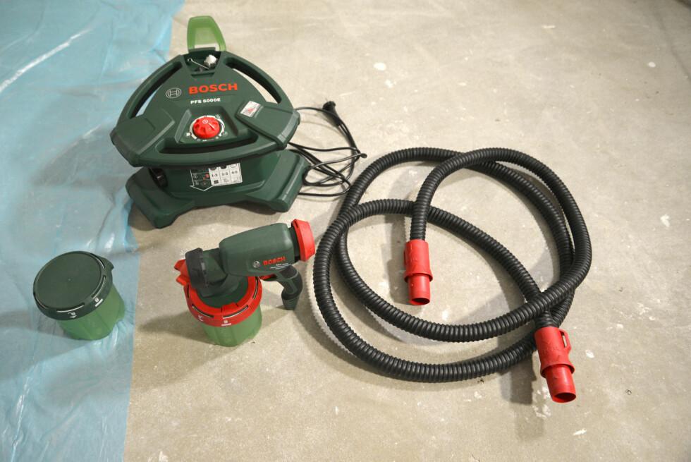 DELENE: Løsningen består av kompressor, slange, sprøytepistol og ekstra beholder. Flere dyser og rengjøringsbørste følger også med. Foto: BRYNJULF BLIX