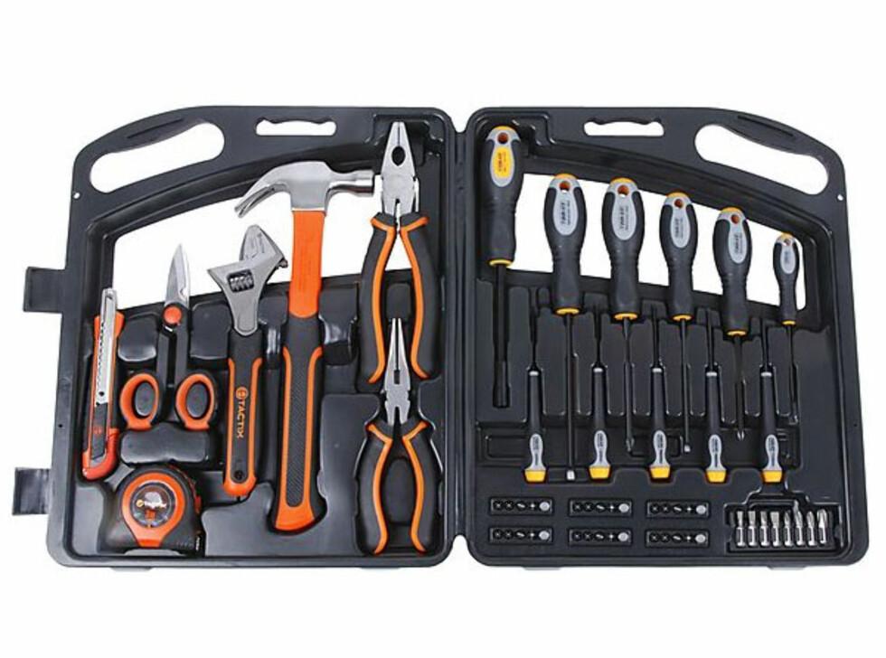 Med det mest vanlige verktøyet du trenger i hjemmet.  58 deler i praktisk skrin. Pris 399 kroner Foto: CLAS OHLSON