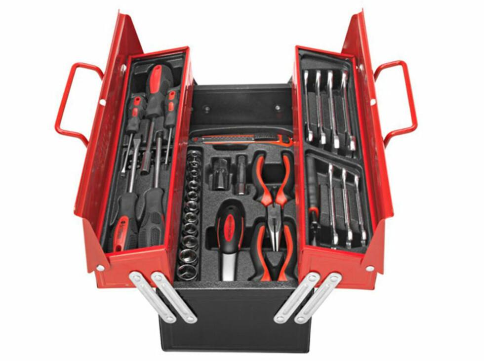Prisgunstig og praktisk verktøykasse i metall som inneholder verktøy, bits, piper og nøkler til de fleste bruksområder. Pris 449 kroner  Foto: JULA