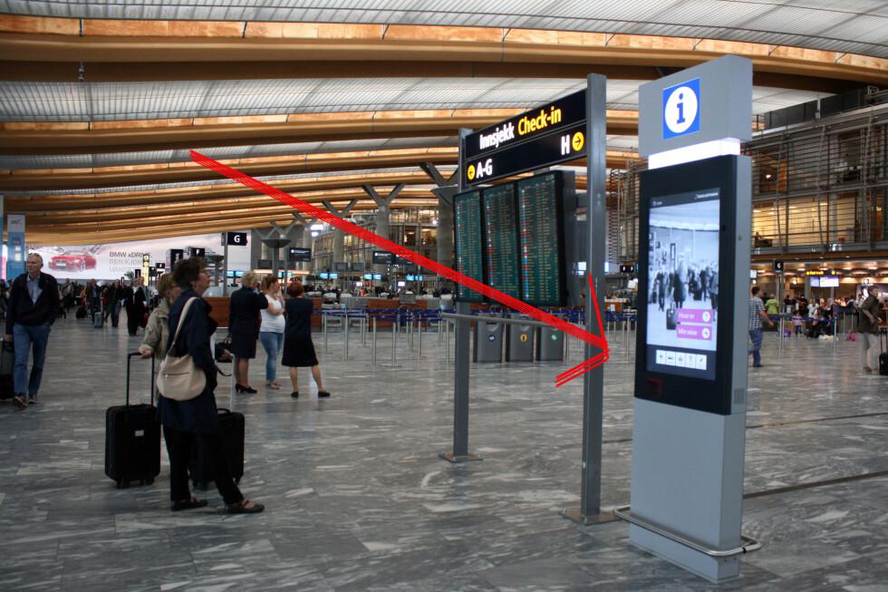 SJEKK AVSTAND OG VENTETIDER: Dersom du skanner boardingkortet ditt her, kan du få estimert tid til gaten, inkludert ventetid i sikkerhets- og passkontroll. Foto: KRISTIN SØRDAL