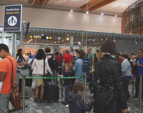 FAMILIESLUSE: For deg som reiser med barn. Men sammenlikn køen med den ordinære sikkerhetskontrollen! Foto: KRISTIN SØRDAL