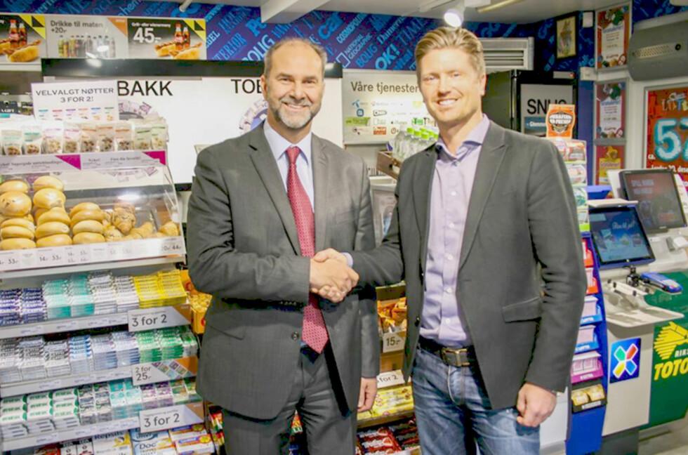 AVTALE: Terje Aarbog, administrerende direktør i DHL Express i Norge, og Magnus Reitan, administrerende direktør i Reitan Convenience, har inngått ny avtale om utlevering av ekspresspakker i nærbutikker. Foto: NTB INFO