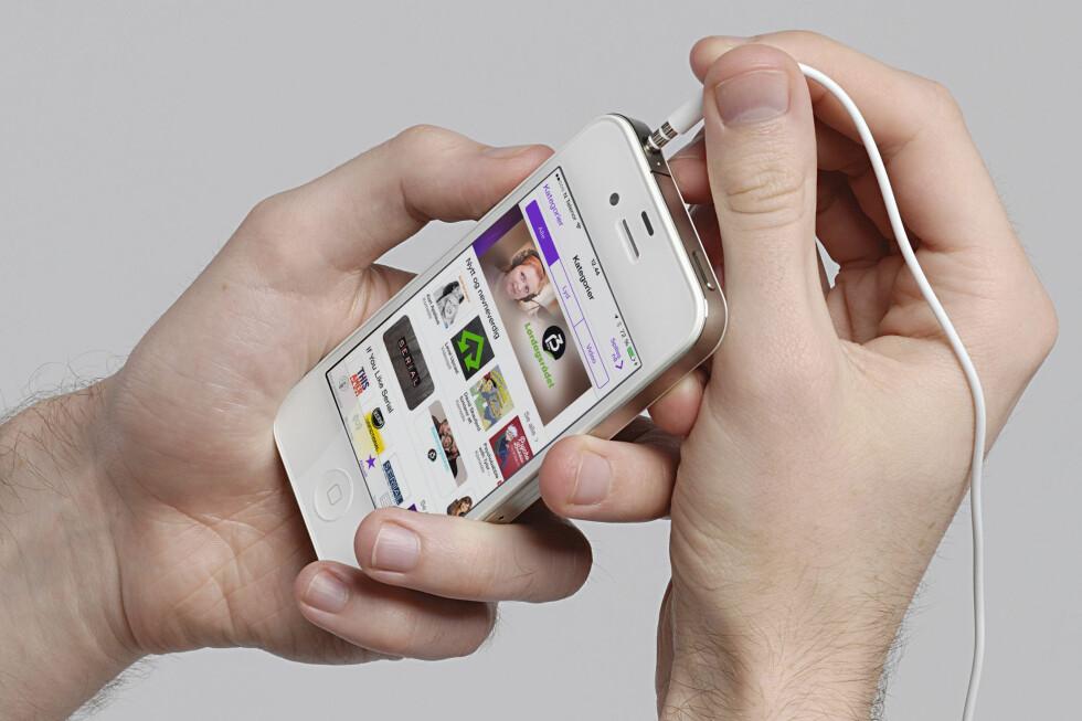 ALRI HØRT EN PODKAST? Det er ikke så vanskelig å komme i gang med. Finn frem mobilen, så skal vi fortelle deg hva du skal gjøre! Foto: ALL OVER PRESS / KIRSTI ØSTVANG