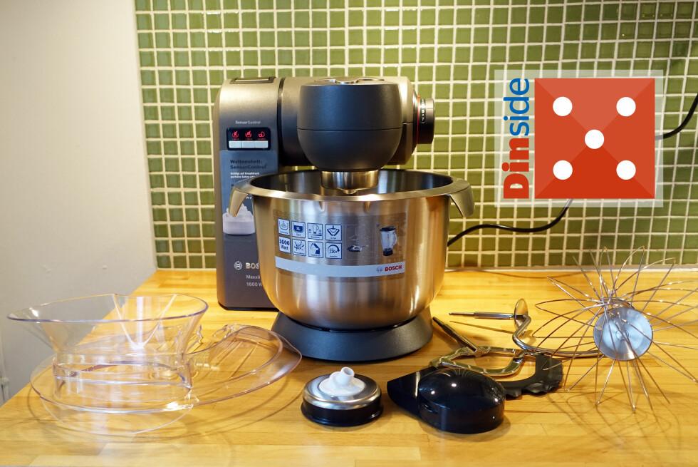 SMART OG NETT: Den ruver lite på kjøkkenbenken, og kommer med standard ekstrautstyr: Sprutlokk og tre visper, i tillegg til pakning for feste av deigkrok. Foto: ELISABETH DALSEG