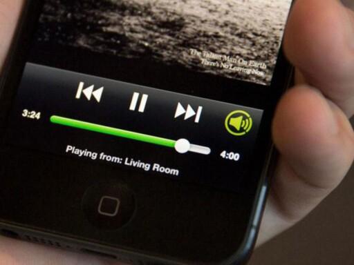 CONNECT: Ser du det lille symbolet nederst i høyre hjørne på Spotify-appen? Det er nøkkelen til flerromsmusikken. Foto: SPOTIFY
