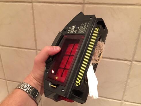 STØVBEHOLDER: Her er det på høy tid å tømme beholderen, og da er det bare å vippe det gule lokket ned. Hepa-filteret ligger forøvrig under det røde lokket. Foto: ØYVIND PAULSEN