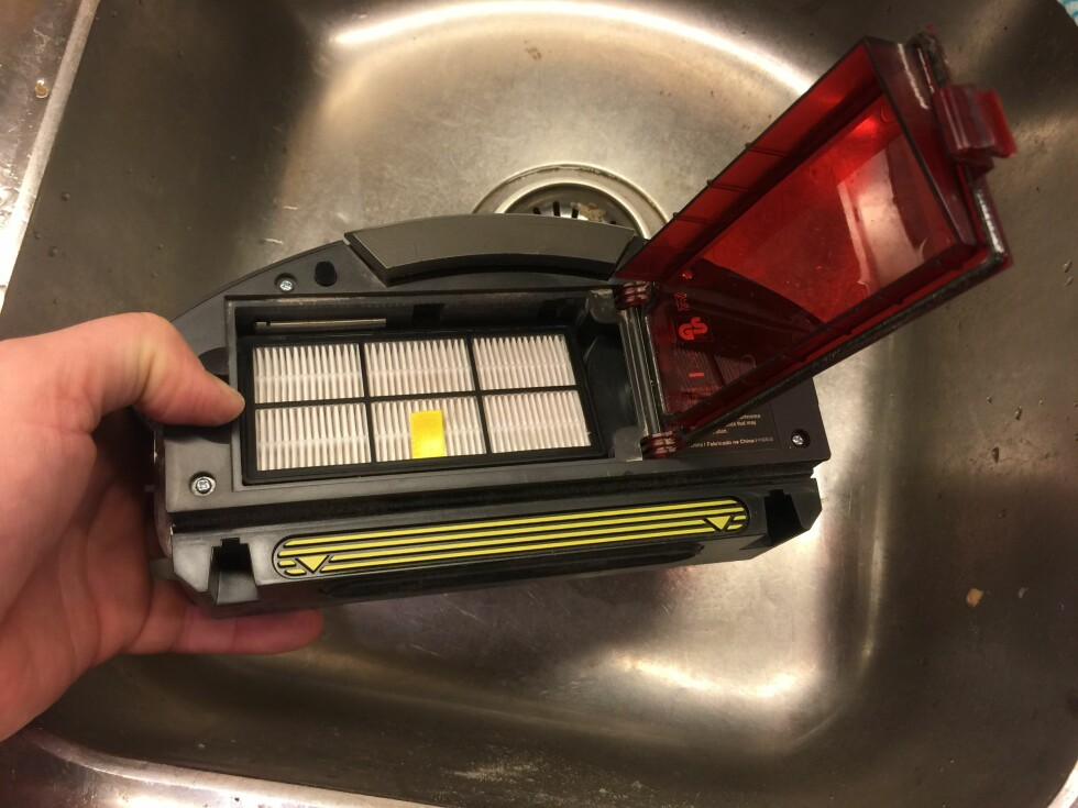 Tilgang til Hepa-filteret: Vipp opp det røde dekselet på støvbeholderen og ta den ut. Foto: ØYVIND PAULSEN