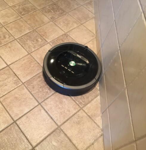 TETT INNTIL: Når Roombaen først har funnet ut hvor veggen er, kjører den helt inntil og jobber seg framover. Foto: ØYVIND PAULSEN
