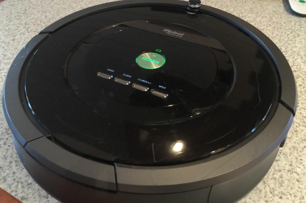 KLASSISK FORM: I likhet med de aller fleste konkurrenten er også iRobot Roomba 880 rund. Den klarer seg likevel godt også langs kantene. Foto: ØYVIND PAULSEN
