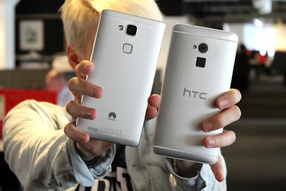 PÅFALLENDE LIKE: Huawei Ascend Mate 7 og HTC One Max ser ut som de kunne vært i slekt.  Foto: OLE PETTER BAUGERØD STOKKE