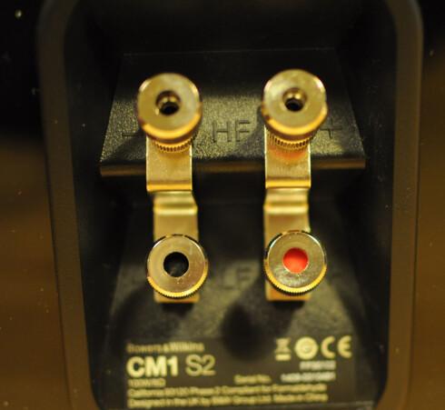 <strong><br /> FIRE INNGANGER:</strong></b> CM1 S2 har mulighet for biwiring/biamping. Det vil si at du kan koble to sett ledninger fra forsterkeren til hver høyttaler eller separate forsterkere til bass og diskant.