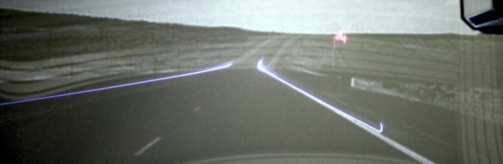 <b>FARLIG FILM:</b> Trafikkfilm på innsiden av frontruten gjør at sikten blir dårligere. Har du i tillegg slitt frontrute, kan du få et farlig optisk bedrag som i verste fall kan forårsake kollisjon. Foto: GENERAL MOTORS