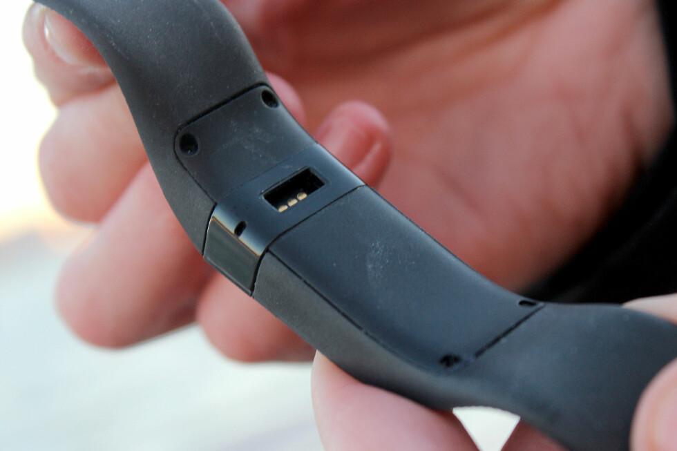 <strong><b>EGEN LADEKABEL:</strong></b> Fitbit Charge kommer med en spesiell ladekabel. Roter du den bort, er du ille ute. Foto: OLE PETTER BAUGERØD STOKKE