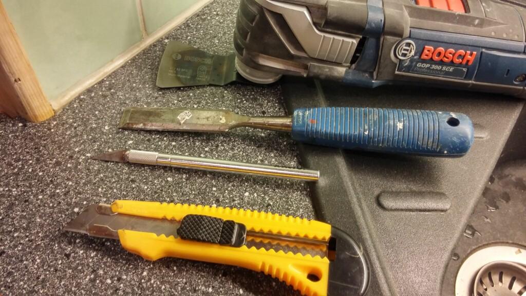 VERKTØY: For å fjerne gamle fuger trengs det skjærende verktøy. Foto: BRYNJULF BLIX