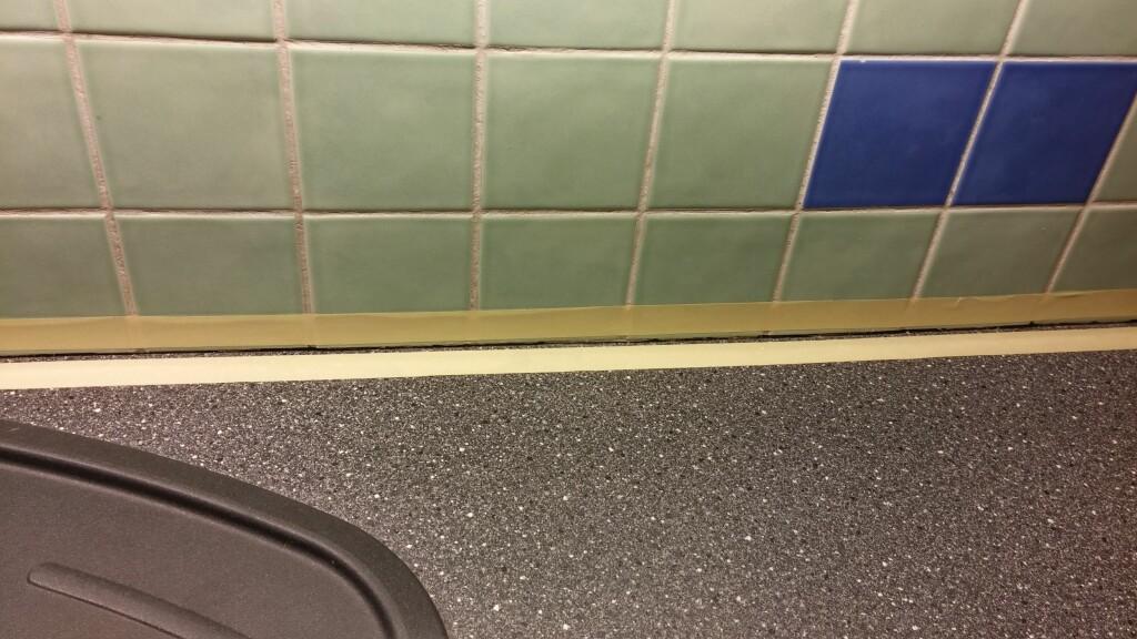 KLASSISK HJELPEMIDDEL: Maskeringstape hindrer søl på benk og fliser, og gir jevne kanter. Foto: BRYNJULF BLIX