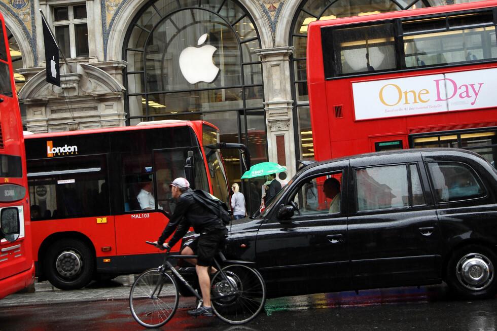 FRISTENDE: Norge har ikke Apple Store, slik de har blant annet her i London. Mange nordmenn fristes blant annet derfor til å kjøpe Apple-produkter på ferie, men kan få problemer med service i hjemlandet. Foto: ALL OVER PRESS