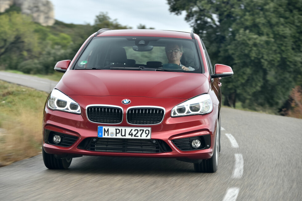 BEST PÅ VEIEN: BMW 2 Active Tourer xDrive klarer seg faktisk uventet bra utenfor vei, men er selvsagt best på veien. Også best i klassen, mener vi da. Konkurrenter er i hovedsak Mercedes B-klasse, men også VW Golf Sportvan er en seriøs rival. Foto: BMW