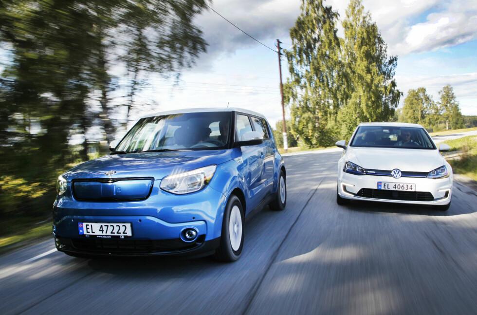 """HØYSPENT KAMP: Kia Soul Electric og VW e-Golf er klare til å ta opp kampen med Nissan Leaf og BMW i3 i """"folke-klassen"""" blant de elektriske bilene.  Foto: ESPEN STENSRUD"""