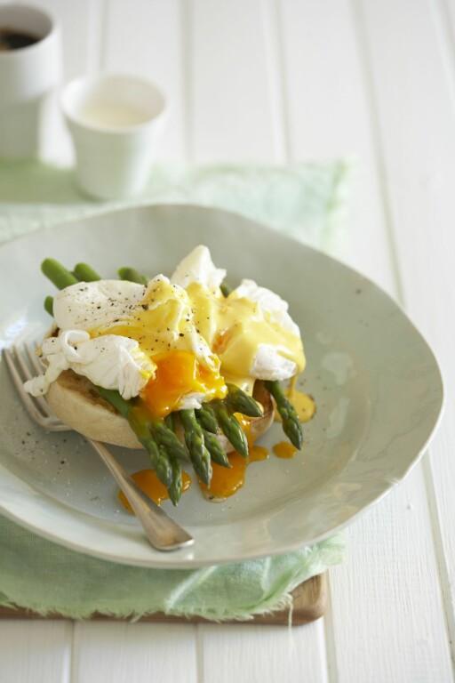 EGGS BENEDICT: En liten skive med skinke, posjerte egg og asparges med hollandaise. Foto: ALL OVER PRSES