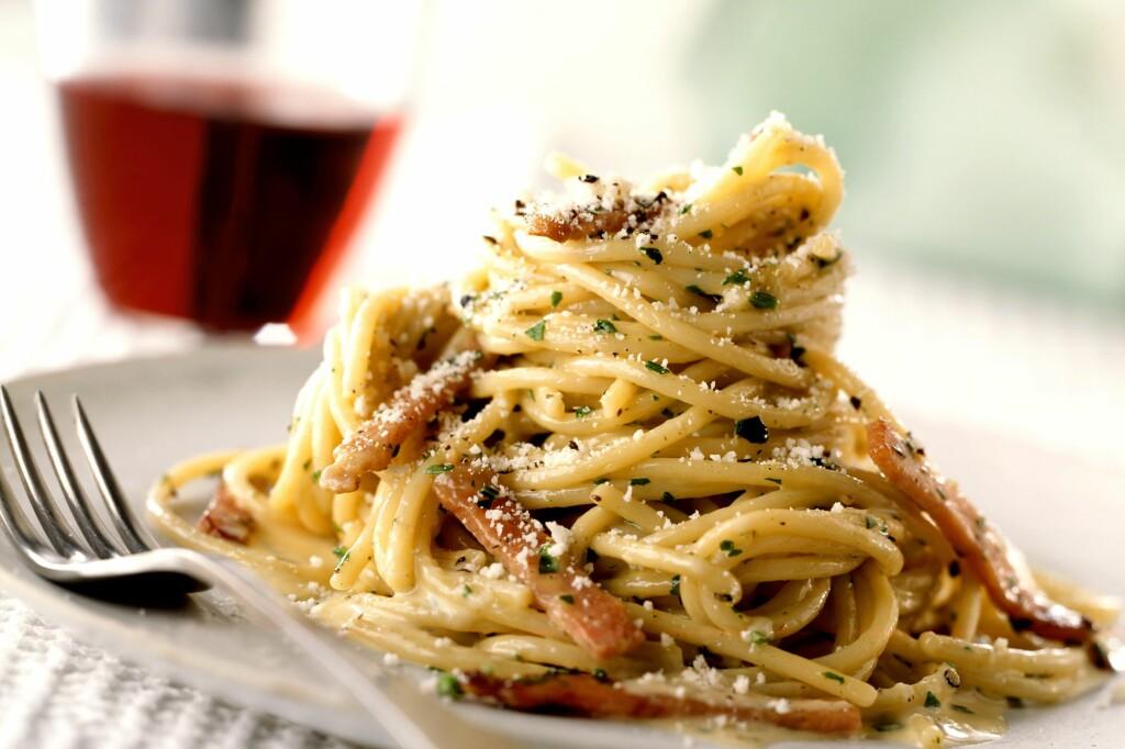 <B>NEI, IKKE FLØTE:</b> Spaghetti carbonara lages tradisjonelt av eggeplommer, parmesan, stekt bacon og pepper - over spagetti. Perfekt rask og enkel middag, når du står midt i baksten og har noen plommer til overs. Foto: ALL OVER PRESS