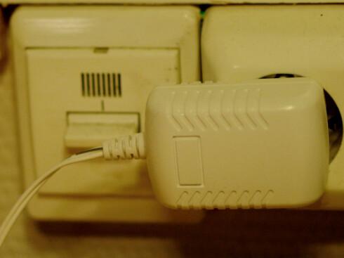 <strong><b>KLUMP I VEGGEN:</strong></b> Vi hadde nok foretrukket innebygget strømforsyning, men denne må du dessverre leve med. Foto: TORE NESET