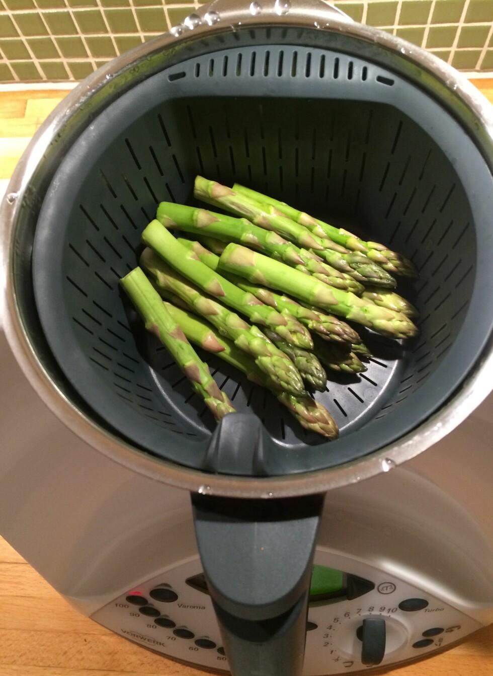DAMP: Aspargesen blir dampet et minutts tid i en egen kurv oppi blenderkolben. Den kan selvsagt også brukes om du ønsker å koke noe mat, uten at det blir ødelagt av kniven som roterer sakte når man varmer opp vannet. Foto: ELISABETH DALSEG