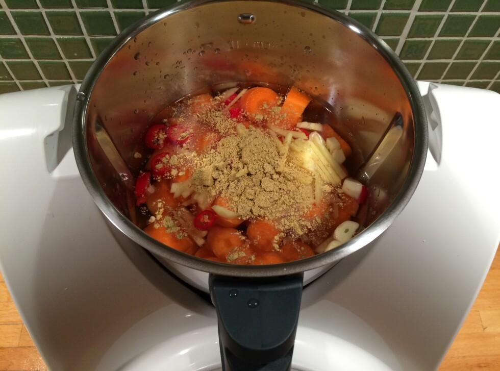 SUPPE FØR: Alle ingrediensene has i miksebollen, og så er det bare å skru opp temperaturen. Foto: ELISABETH DALSEG