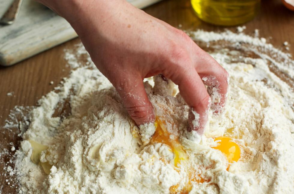 TO INGREDIENSER: Du trenger bare egg og durumhvetemel (fås kjøpt i velassorterte dagligvareforretninger) for å lykkes med hjemmelaget pasta.  Foto: ALL OVER PRESS