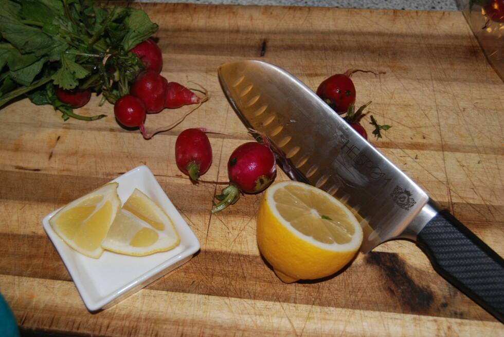 FLERE BRUKSOMRÅDER: Selv om santokukniven er stor og kraftig, egner den seg også ypperlig til småkutting av grønnsaker.