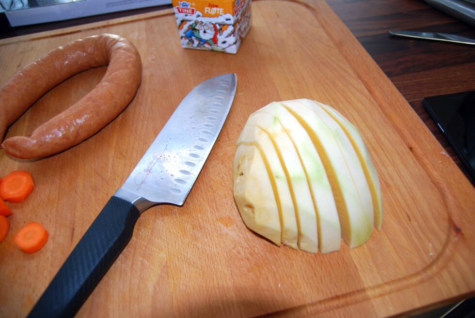 STOR OG KRAFTIG: Hellstrøms Santokukniv er en sikkelig arbeidshest på kjøkkenet.