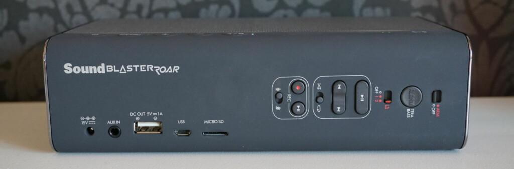 MANGE KNAPPER: På baksiden av Sound Blaster Roar finnes et rikt utvalg av knapper, både for avspilling, innspilling, bass og til og med en alarmfunksjon. Høyttaleren kan også spille av direkte fra minnekort og lades enten med den medfølgende laderen eller via USB. Foto: PÅL JOAKIM OLSEN