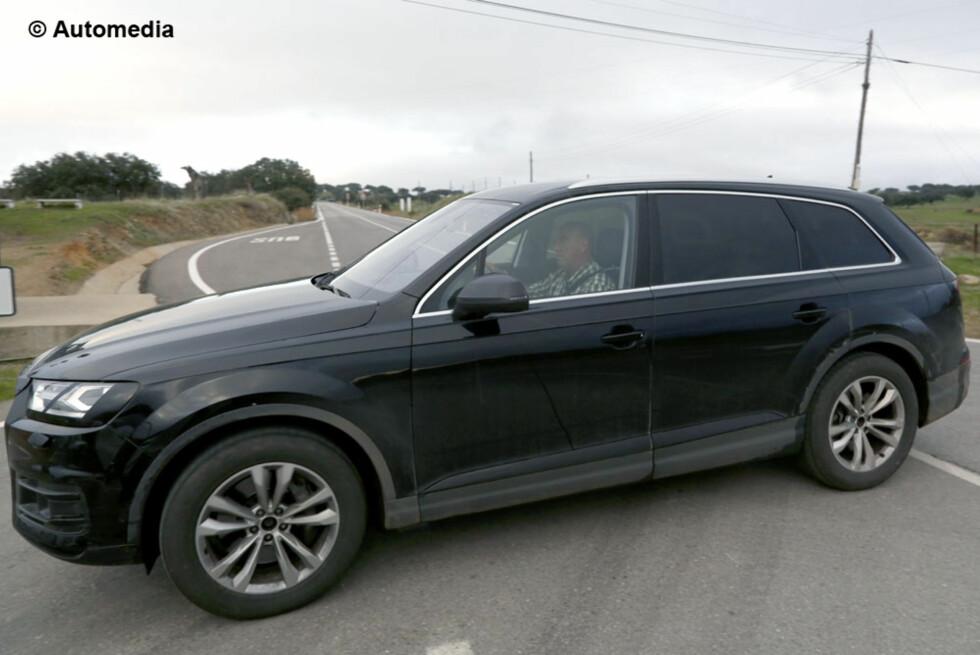 AVSLØRT: Her kjøres en nesten helt utildekket Audi Q7 av en testfører, og blir knipset av Autimedias fotograf. Etter ni år er kjempe-SUV-en klar for en etterfølger. Foto: AUTOMEDIA