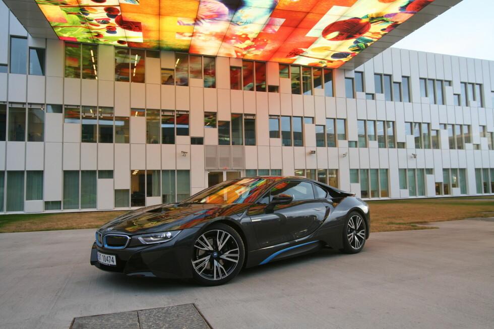 SPEKTAKULÆR DESIGN: Det er få biler fra volumprodusenter som ser så dramatisk ut som i8.  Foto: LORD ARNSTEIN LANDSEM