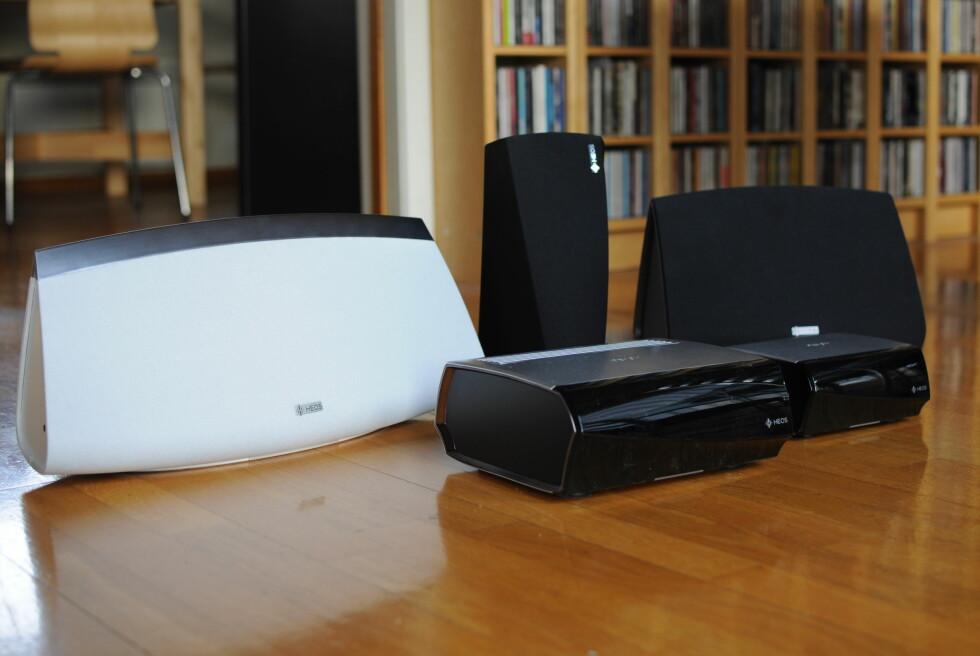 ALT PÅ ETT BRETT: Heos-anlegget består av tre høyttalere, en forsterker og en styringsenhet. Foto: TORE NESET