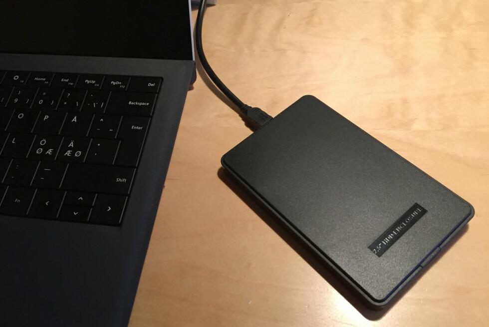 SÅ ENKELT: Putt harddisken inn i kabinettet og plugg den i en ledig USB-port. Vips, så har du laget din egen eksterne harddisk! Foto: BJØRN EIRIK LOFTÅS