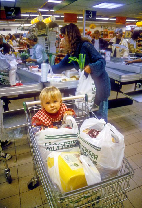 BARN KAN KUN KJØPE GODTERI: Barn under 12 år får ikke lov å ha med seg mat over grensa, de kan kun ha med brus, godteri og sukkervarer. Foto: ALL OVER PRESS