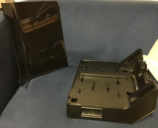 TV-FOT: Det er ikke uten grunn at TV-foten har bærehåndtak, den er nemlig blytung. Bak til venstre ser du dekselet. Foto: ØYVIND PAULSEN