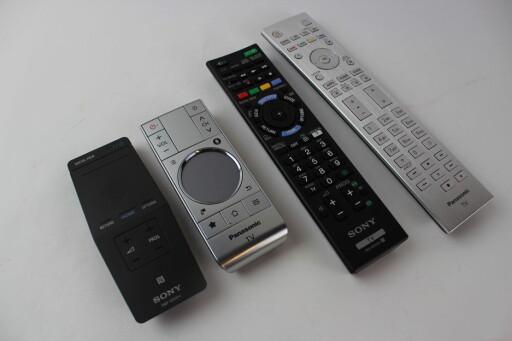 FJERNKONTROLLENE: Panasonics kontroller er i metallfinish og virker like solide som resten av TV-en. Sonys plastkontroller har altså litt å strekke seg etter. Foto: ØYVIND PAULSEN