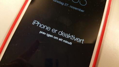 <strong><strong>VENT:</strong></strong> Taster du feil PIN-kode på en iPhone, må du vente lenger og lenger for hver gang du vil prøve. Etter ti forsøk får du ikke prøve mer. Foto: PÅL JOAKIM OLSEN