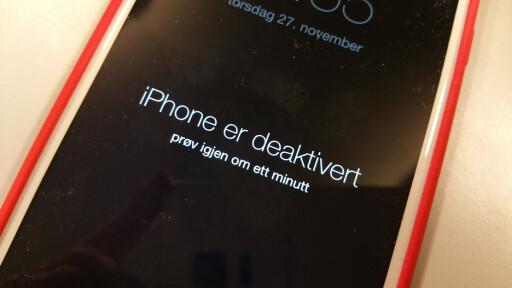 VENT: Taster du feil PIN-kode på en iPhone, må du vente lenger og lenger for hver gang du vil prøve. Etter ti forsøk får du ikke prøve mer. Foto: PÅL JOAKIM OLSEN