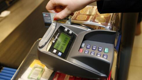 NEI, IKKE GJØR DETTE I SVERIGE: Ikke betal med BankAxept i Sverige, selv om de lar deg gjøre det. Da betaler du med butikkens kurs, og den er dårligere enn bankens! Foto: Per Ervland