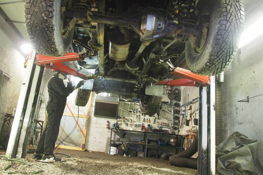 I AKSJON: Målet er å hindre at fuktighet kommer fram til metallet. Siden oljen ikke tørker eller herder, er bilen klar til å brukes rett etter avsluttet behandling, det vil si etter en til to timer,  avhengig av hvor stort kjøretøyet er.  Foto: ØYVIND PAULSEN