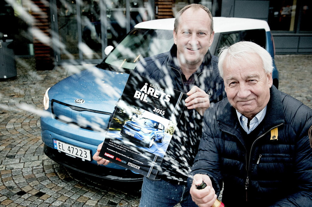 <b>STORFORNØYD:</b> Jan Pettersen spretter champagnen, og er stråledende fornøyd med at Kia Soul Electric stakk av med seieren. Til venstre, Rune M. Nesheim fra motorredaksjonen i Dagbladet, Dinside og Autofil.  Foto: BJØRN LANGSEM/DAGBLADET