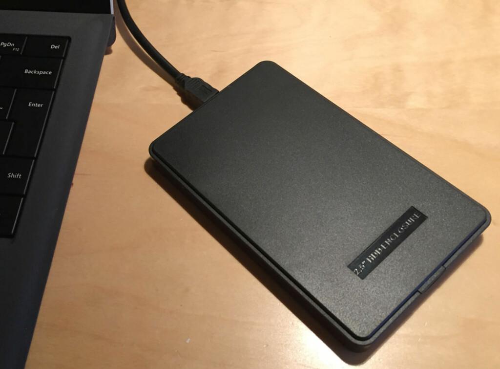 TILKOBLET. SSD-en kobles til som en ekstern harddisk via USB-porten, men kun midlertidig. Foto: BJØRN EIRIK LOFTÅS