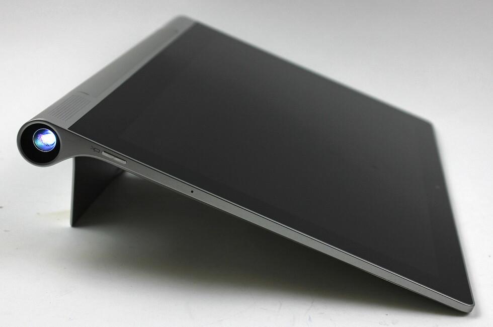 MED PROJEKTOR: Lenovos nye nettbrett har innebygd projektor slik at du kjapt kan dra en film opp på veggen. Foto: PÅL JOAKIM OLSEN