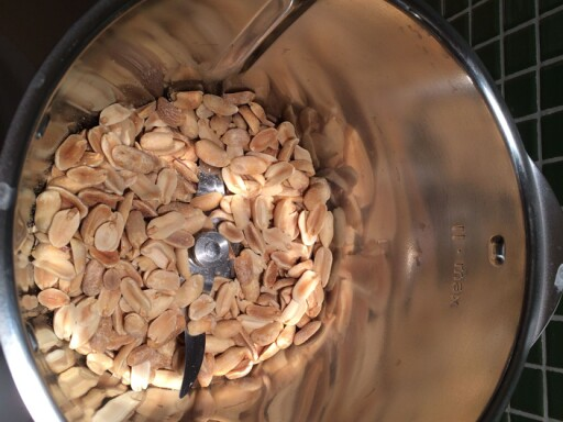 BLENDER: Ha peanøttene i en blender eller en food processor. Foto: ELISABETH DALSEG