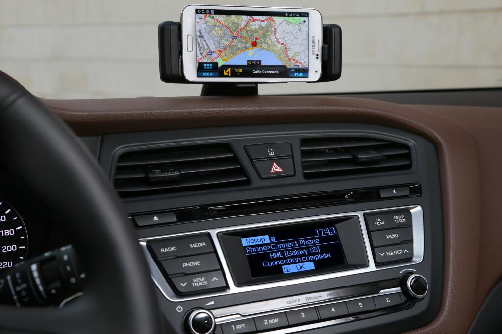 SATSER PÅ MOBILEN: i20 leveres med docking for mobil. De mener kundene heller ønsker å bruke den istedet for integrerte løsninger i billigbiler. Foto: HYUNDAI