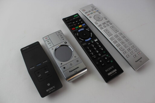 SE FORSKJELLEN: Sonys fjernkontroller er i sort plast, mens Panasonics versjoner er langt mer solide i metall.  Foto: ØYVIND PAULSEN